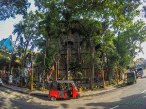 Tuk-tuk pred chrámom Gangaramaya