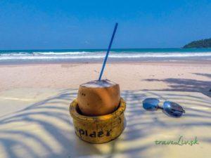 Čerstvý kokos na pláži v Mirissa